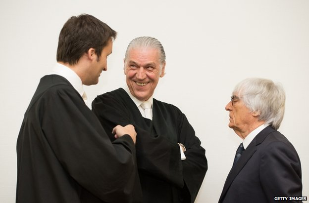 Bernie Ecclestone (right) with lawyers Norbert Scharf (L) and Sven Thomas in Munich, 5 August