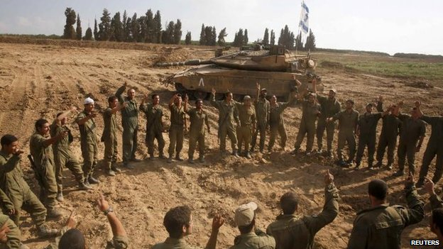 Israeli soldiers celebrate after returning from Gaza, 5 Aug