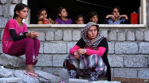 Yazidi women and children who have fled the fighting around Sinjar sit in Dahuk (5 August 2014)