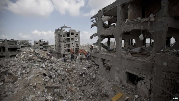 Palestinians inspect damaged buildings in Gaza City al-Tufah's district (6 August 2014)