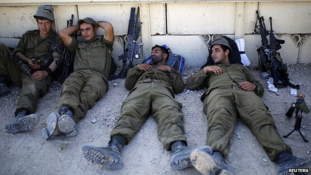 Israeli soldiers rest near the border with Gaza (6 August 2014)