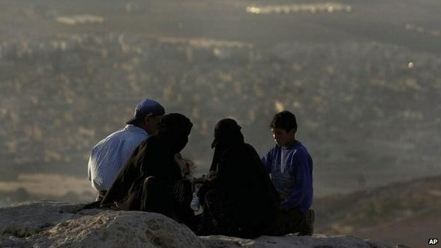 Palestinian refugees have a picnic overlooking the Palestinian refugee camp of Baqaa in Jordan (photo taken 8 Sept 2000