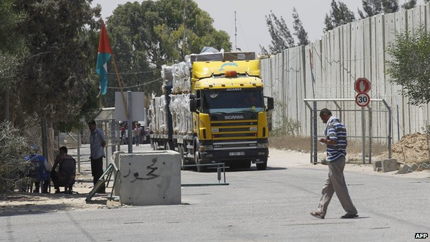 A truck carrying humanitarian aid at Kerem Shalom crossing (6 August 2014)