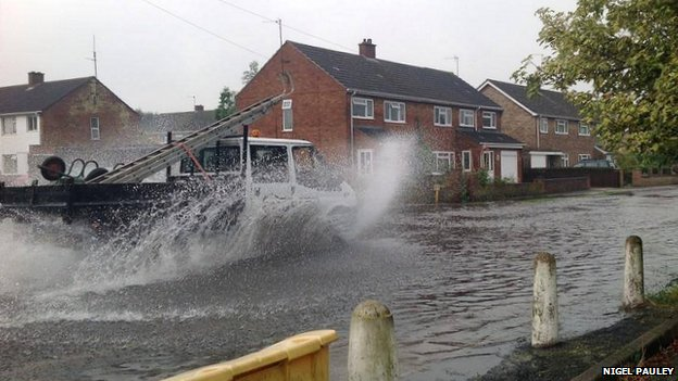 Lorry drives through floodwater in Godmanchester