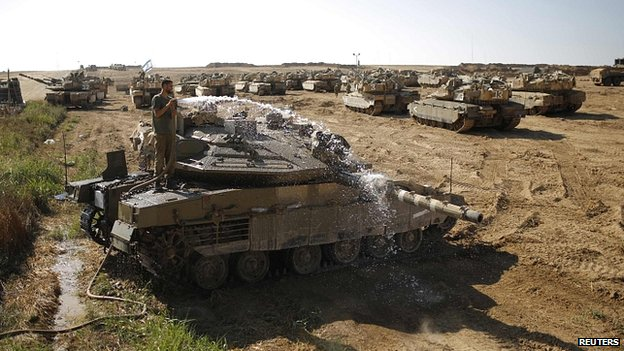 Israeli soldier washes tank near Gaza Strip. 10 Aug 2014