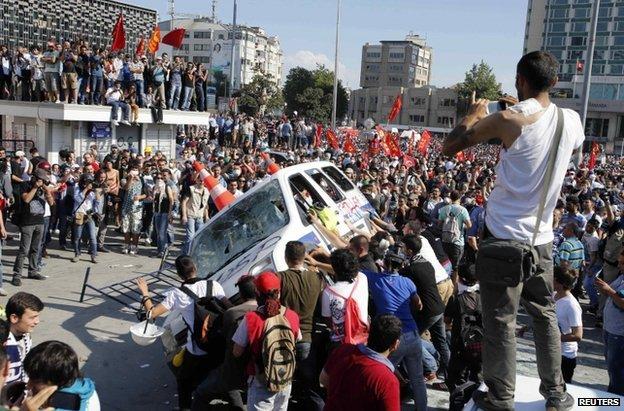 Protesters in Taksim Square Istanbul (1 June 2013)