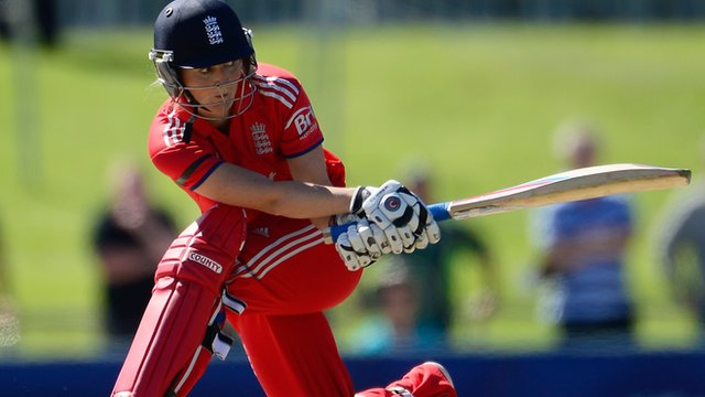 Tash Farrant playing cricket