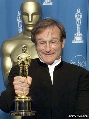 Robin Williams with his Oscar for Best Supporting Actor in Good Will Hunting, in 1998
