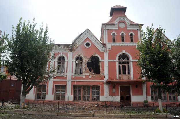 A shell-damaged building in Luhansk, eastern Ukraine (19 July 2014)