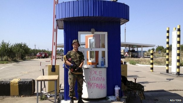 Armed pro-Russian separatist guards border checkpoint at Izvaryne, Luhansk region 31/07/2014