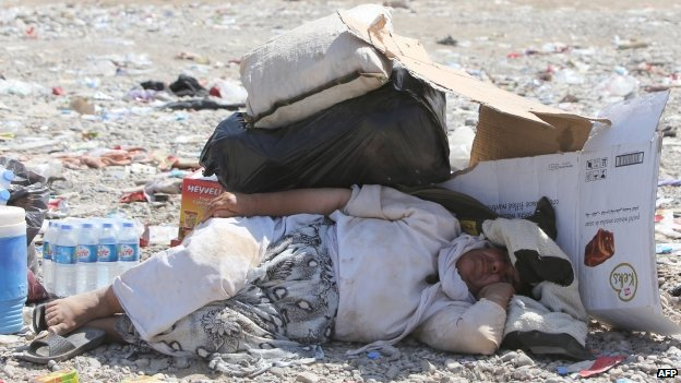 A displaced Iraqi from the Yazidi community rests after crossing the Syrian-Iraqi border at the Fishkhabur crossing, in northern Iraq, on 13/08/2014