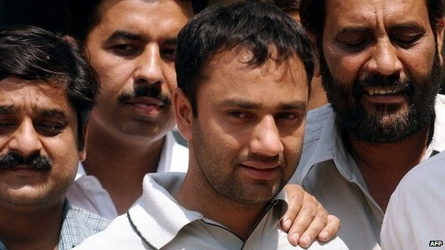 File photo of Sher Singh Rana (C) surrounded by policemen as he is presented before media in Delhi (25 April 2006)