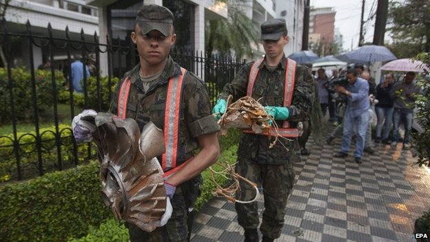 Soldiers remove debris from the site where an aircraft crashed in the residential area Na Rua Vahia de Abreu in Santos (13 August 2014)