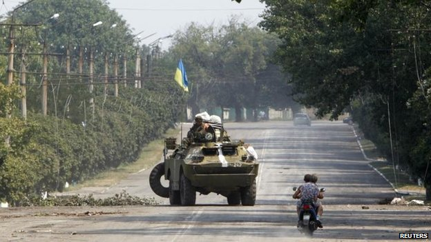Ukrainian forces patrol near Vuhlehirsk, 14 Aug