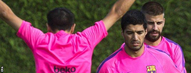 Luis Suarez and Gerard Pique train with Barcelona