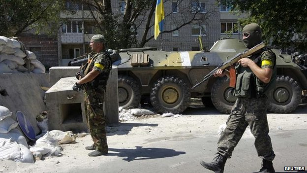 Ukrainian servicemen guard a checkpoint outside Donetsk, 15 Aug