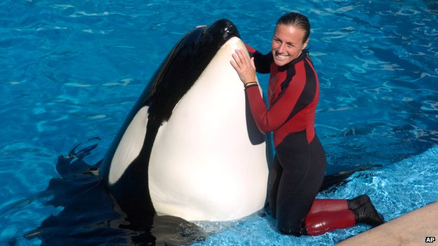 Dawn Brancheau, a whale trainer at SeaWorld Adventure Park, poses while performing 30/12/2005