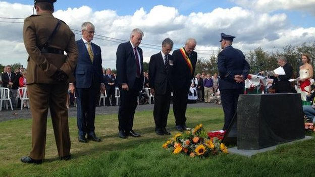 First Minister Carwyn Jones laid one of the wreaths after the unveiling