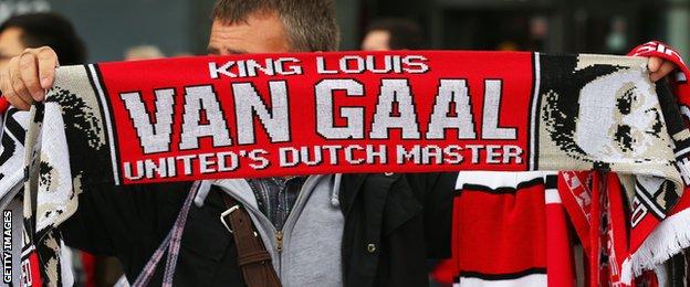 A Louis van Gaal scarf