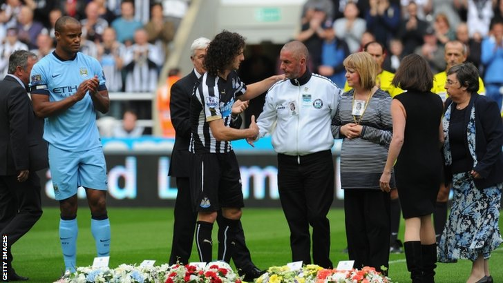 The captains Vincent Kompany and Fabricio Coloccini lay wreaths alongside family members of memory of the two Newcastle fans, John Alder and Liam Sweeny