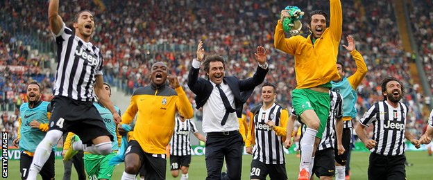 Antonio Conte and Juventus players celebrate title