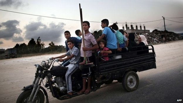 Palestinians leaving Beit Hanoun for the night on 18 August 2014