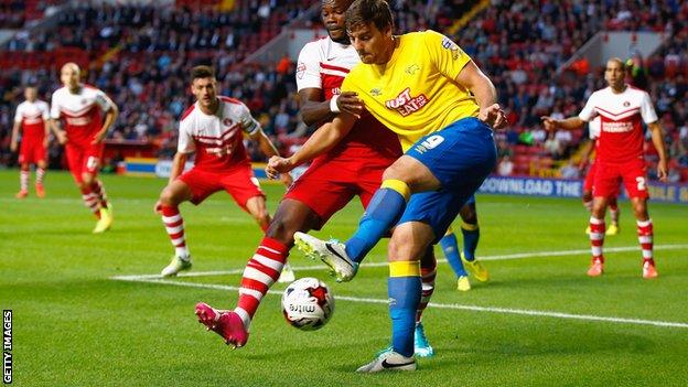 Chris Martin, do Derby County é desafiado por Andre Bikey-Amougou de Charlton