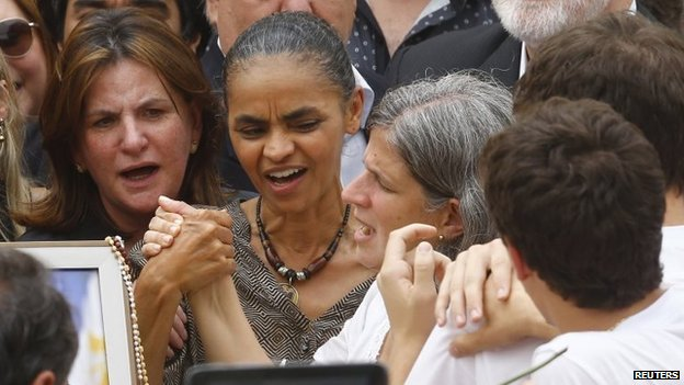 Brazilian politician Marina Silva grabs the hand of Renata de Andrade Lima, widow of late presidential candidate Eduardo Campos, during the wake at the Pernambuco Government Palace in Recife on 17 August, 2014