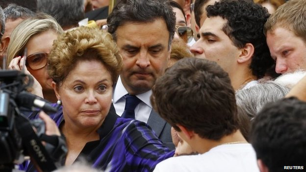 Dilma Rousseff talks to the family of late presidential candidate Eduardo Campos during the wake at the Pernambuco Government Palace in Recife on 17 August, 2014