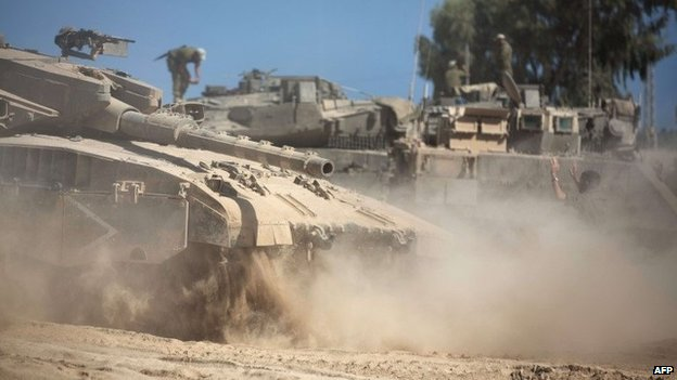 Israeli tanks near the Gaza frontier (20 August 2014)
