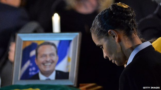 Marina Silva stands next to his coffin of Eduardo Campos on 16 August, 2014