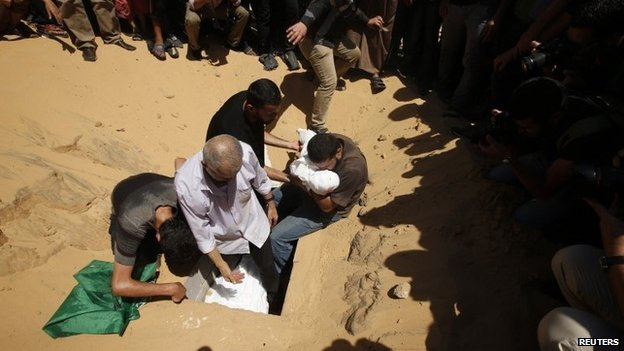 The bodies of Mohammed Deif's wife and child are buried in Beit Lahiya (20 August 2014)