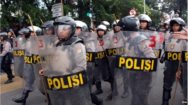 Indonesian police stand guard during a rally by supporters of presidential candidate Prabowo Subianto near Indonesias Constitutional Court, in Jakarta, Indonesia, 21 August 2014