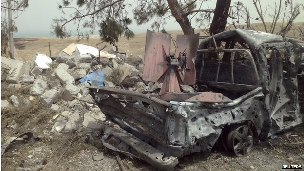 A destroyed IS vehicle after it was targeted by a US air strike at Mosul Dam, 19 August 2014