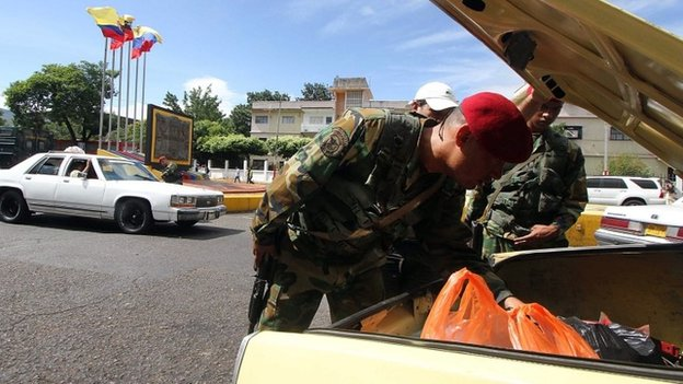 Venezuelan soldiers search for smuggled goods in a car heading to Colombia. 20/08/2014