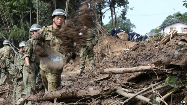 Defence personnel search for victims in mud three days after a landslide hit a residential area in Hiroshima (23 August 2014)