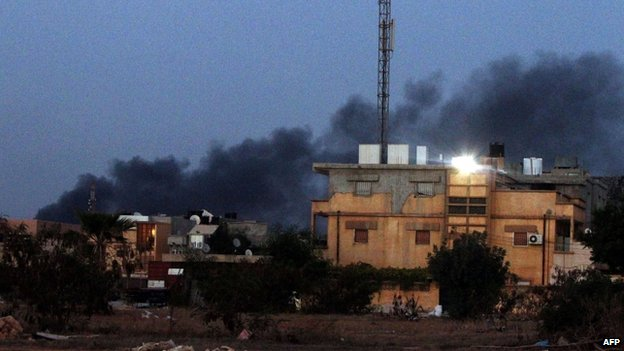 Smoke billows from buildings during clashes between Libyan security forces and Islamist groups in the eastern coastal city of Benghazi (23 August 2014)