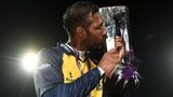 Bears skipper Varun Chopra receives the trophy