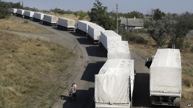 Trucks from the Russian convoy to Ukraine stand in line as they return to Russia (23 August 2014)