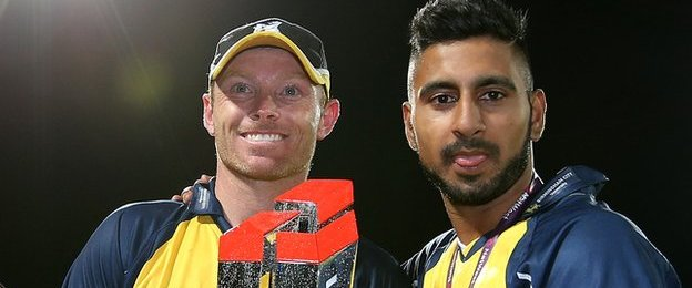 England Test batsman Ian Bell holds the trophy with all-rounder Ateeq Javid