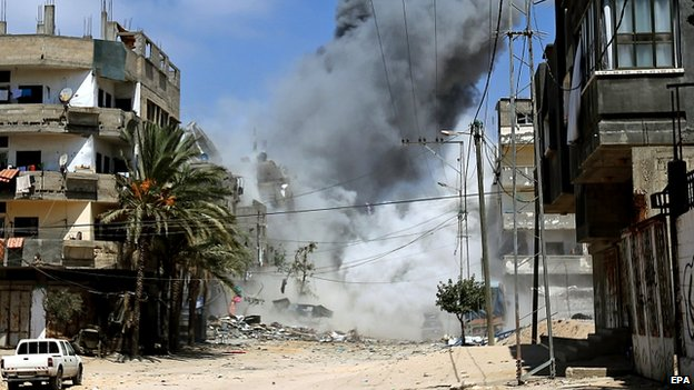 Smoke rises after an Israeli air strike on Gaza City (24 August 2014)