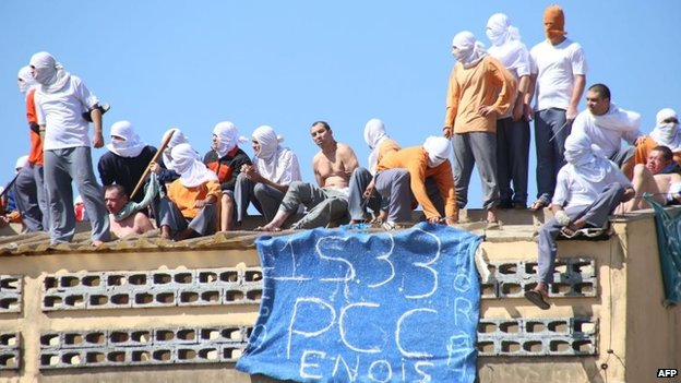 Inmates stand on the roof of the penitentiary in Cascavel on 25 August, 2014.