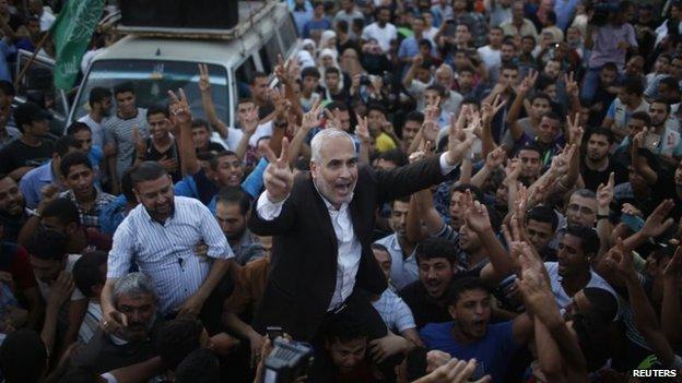 Hamas spokesman Fawzi Barhoum celebrates the ceasefire announcement in Gaza City (26 August 2014)