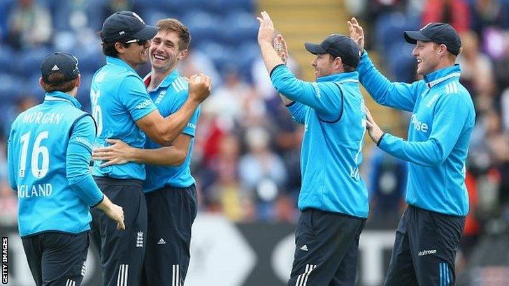 Alastair Cook takes the catch to dismiss Kohli