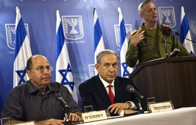 Israeli Defence Minister Moshe Yaalon, Prime Minister Benjamin Netanyahu, Israel Defense Forces Chief of Staff Benny Gantz attend a news conference in Tel Aviv (28 July 2014)