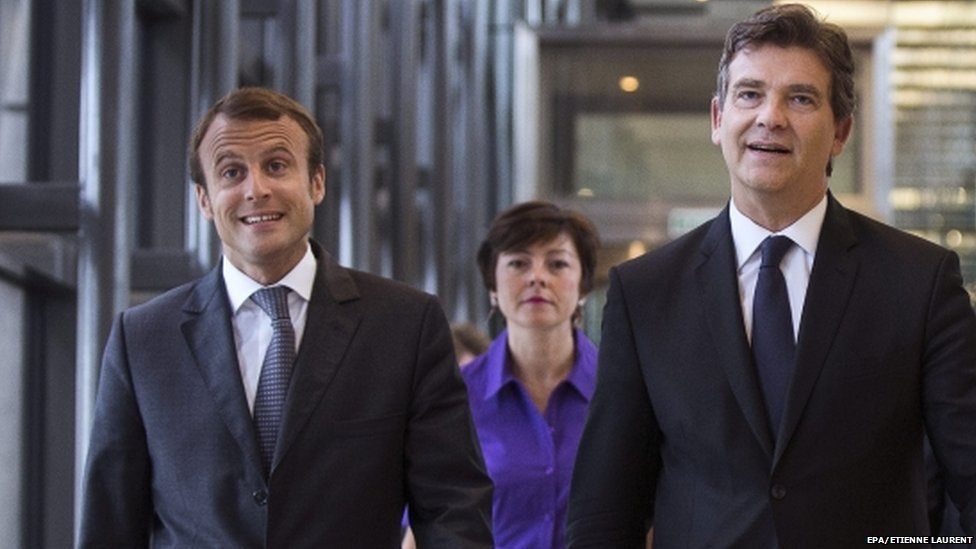 Outgoing French Economy Minister Arnaud Montebourg (R) and new incumbent Emmanual Marcon, at the Bercy Economy Ministry in Paris on 27 August 2014