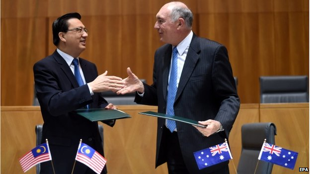 Australian Deputy Prime Minister Warren Truss (R) and Malaysian Transport Minister, Liow Tiong Lai shake hands after signing a Memorandum of Understanding (MoU) at Parliament House in Canberra, Australia, 28 August 2014