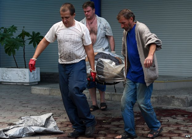 Body carried on stretcher in Donetsk (28 Aug 2014)