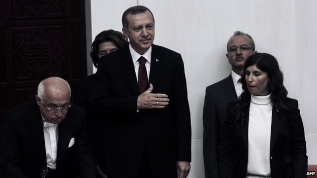Turkey's new President Tayyip Erdogan (C) attends a swearing in ceremony at parliament (28 August 2014)