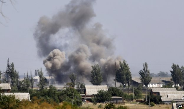 Smoke rises during shelling in the town of Novoazovsk (27 August 2014)